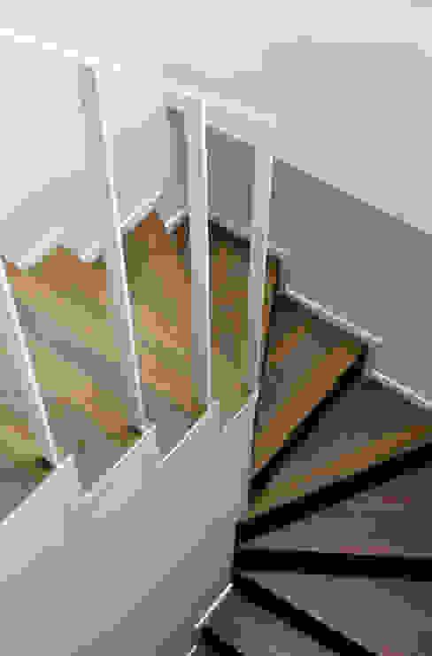 Pasillos, vestíbulos y escaleras de estilo minimalista de PLANAIR ® Minimalista