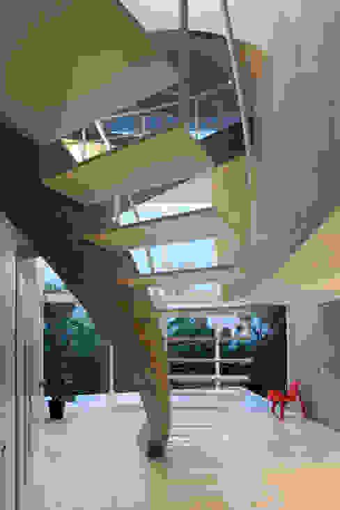 T House Pasillos, vestíbulos y escaleras modernos de Atelier Boronski Moderno