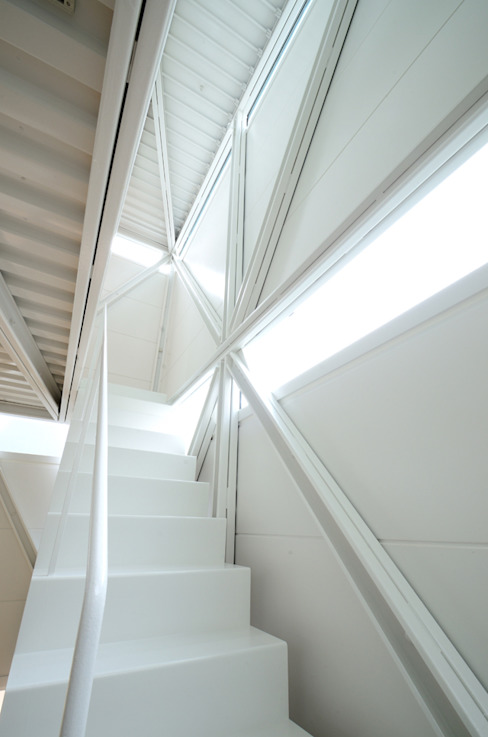 Couloir et hall d'entrée de style  par Niji Architects/原田将史+谷口真依子, Éclectique