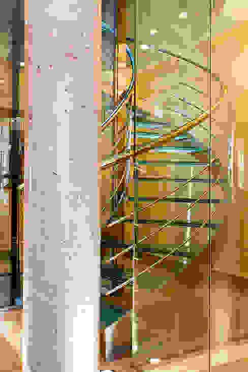 Detalle de escalera con ascensor Pasillos, vestíbulos y escaleras de estilo moderno de Rubén Sánchez Albillo. Arquitecto Moderno