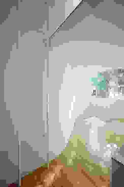 鷹番の長屋 / Townhouse in Takaban Niji Architects/原田将史+谷口真依子 ミニマルデザインの ダイニング