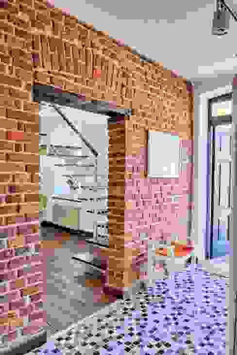 ksawery brick house Nowoczesny korytarz, przedpokój i schody od REFORM Konrad Grodziński Nowoczesny