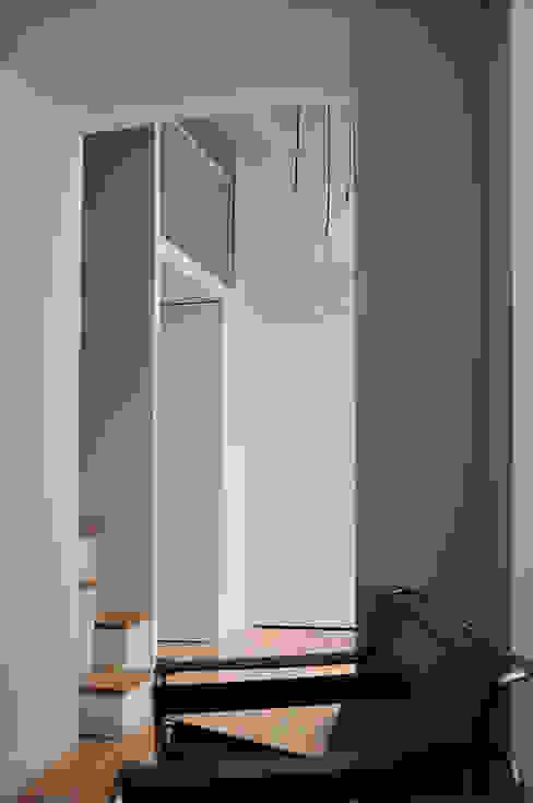 mezzanine: Couloir et hall d'entrée de style  par LLARCHITECTES, Minimaliste