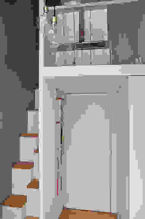 Minimalist corridor, hallway & stairs by LLARCHITECTES Minimalist
