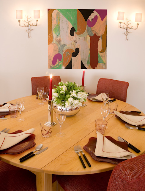Dining Table and chairs, with contemporary painting behind. de Meltons Clásico