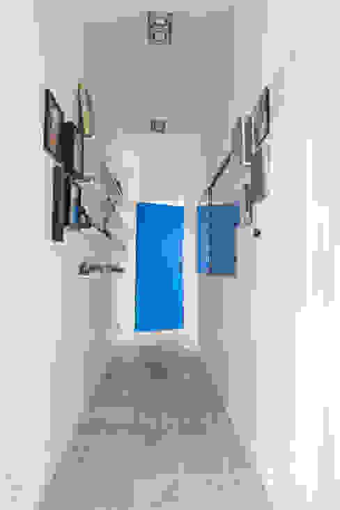Couloir galerie Couloir, entrée, escaliers modernes par Lise Compain Moderne