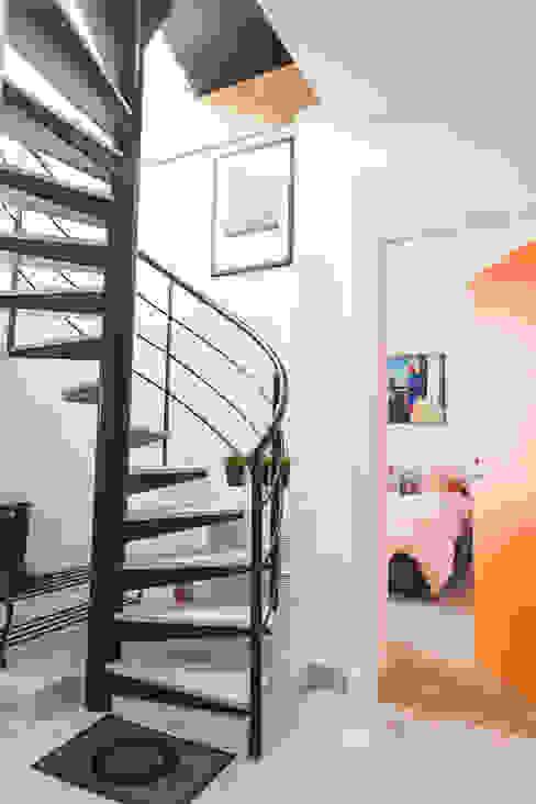 Escalier Couloir, entrée, escaliers modernes par Lise Compain Moderne