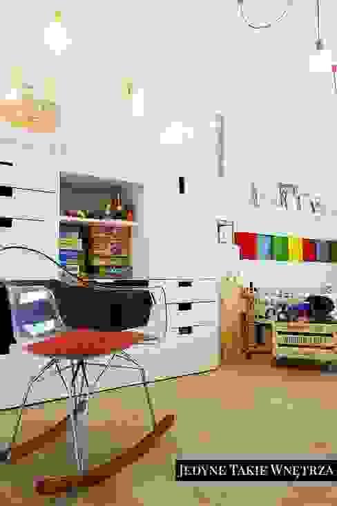 Habitaciones para niños de estilo escandinavo de JedyneTakieWnętrza Escandinavo