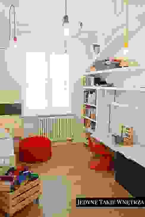 Dormitorios infantiles escandinavos de JedyneTakieWnętrza Escandinavo