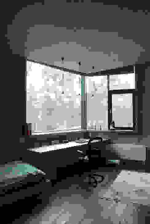 DOM POD DĘBEM Minimalistyczne domowe biuro i gabinet od SDA - SZCZEŚNIAK DENIER ARCHITEKCI Minimalistyczny