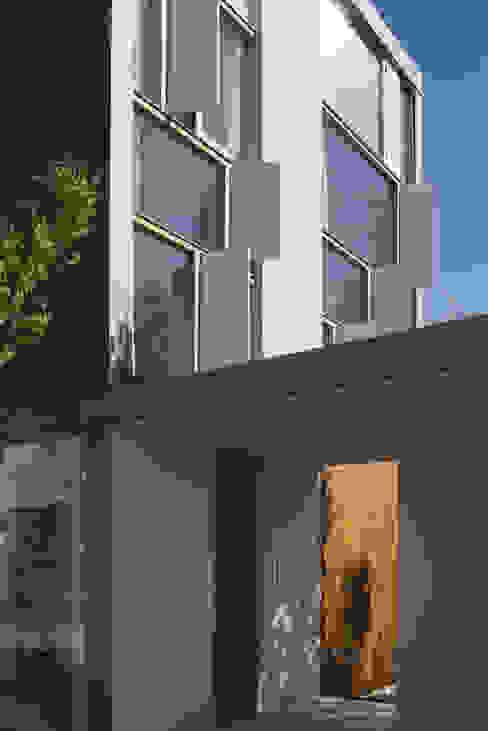 2階窓詳細: ihrmkが手掛けた家です。,モダン