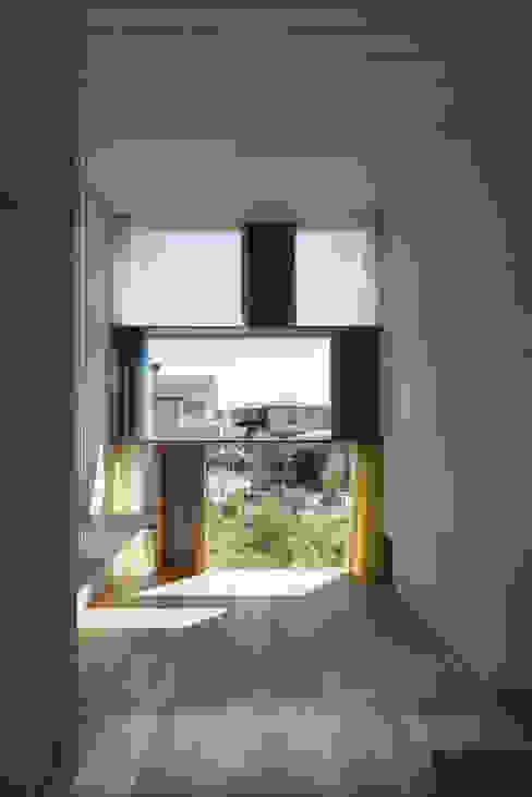 書斎東側の窓その2 モダンな 窓&ドア の ihrmk モダン