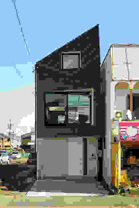 外観(北側、間口4m×奥行き25m): H建築スタジオが手掛けた家です。,モダン