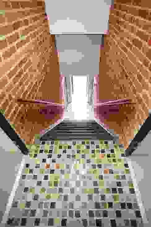Dom Senatorska Nowoczesny korytarz, przedpokój i schody od REFORM Konrad Grodziński Nowoczesny