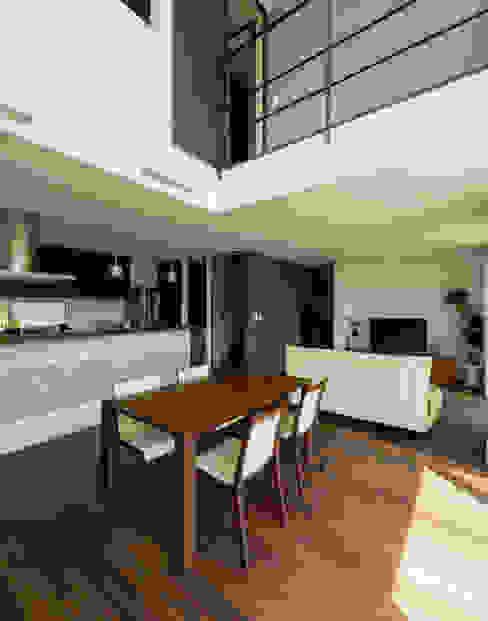 Столовая комната в стиле модерн от H建築スタジオ Модерн