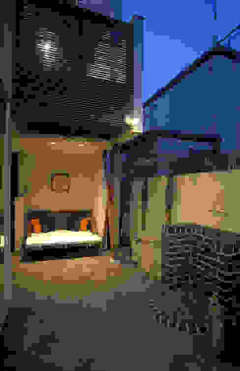 中庭エントランスのある家・・バリ風ハウス: ジェイ石田アソシエイツが手掛けた庭です。,トロピカル