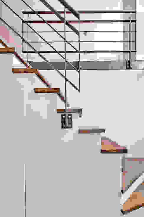 Modern Corridor, Hallway and Staircase by Kodde Architecten bna Modern