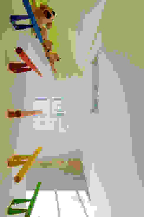 ロフトへの虹色のハシゴ。奥には登り棒が見える: 山本陽一建築設計事務所が手掛けた子供部屋です。,オリジナル