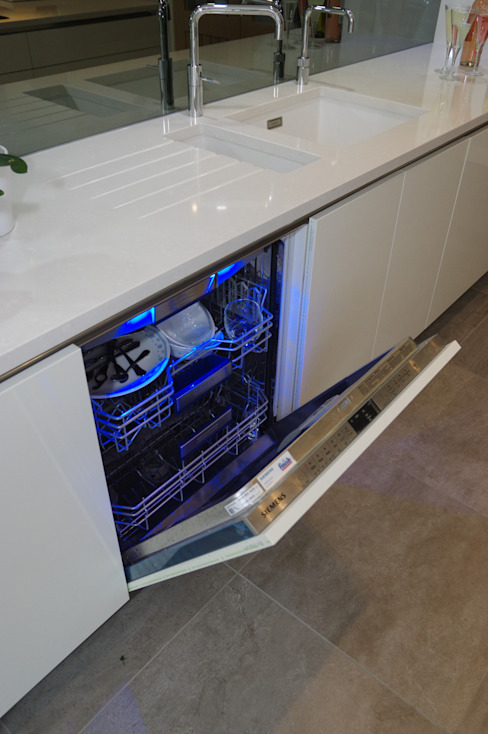 Luxurious White Kitchens by PTC Moderne keukens van PTC Kitchens Modern