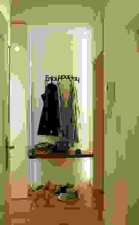 EnjoyYourDay Nowoczesny korytarz, przedpokój i schody od t design Nowoczesny