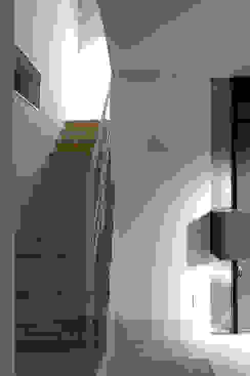 House I Pasillos, vestíbulos y escaleras de estilo minimalista de 森吉直剛アトリエ/MORIYOSHI NAOTAKE ATELIER ARCHITECTS Minimalista