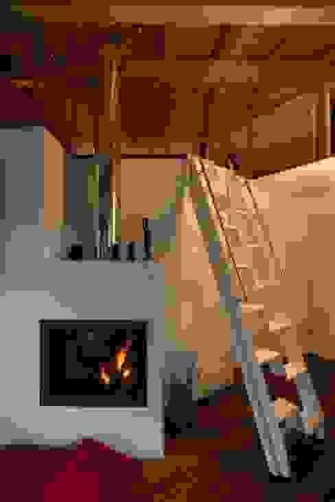Living room by medeaa Marchetti e De Luca Architetti Associati