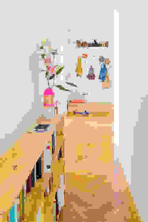 Skandynawski korytarz, przedpokój i schody od nimú equipo de diseño Skandynawski
