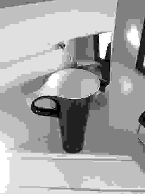 Lavabo CUP negro / blanco Baños de estilo moderno de CAZAÑA DESIGN S.L. Moderno