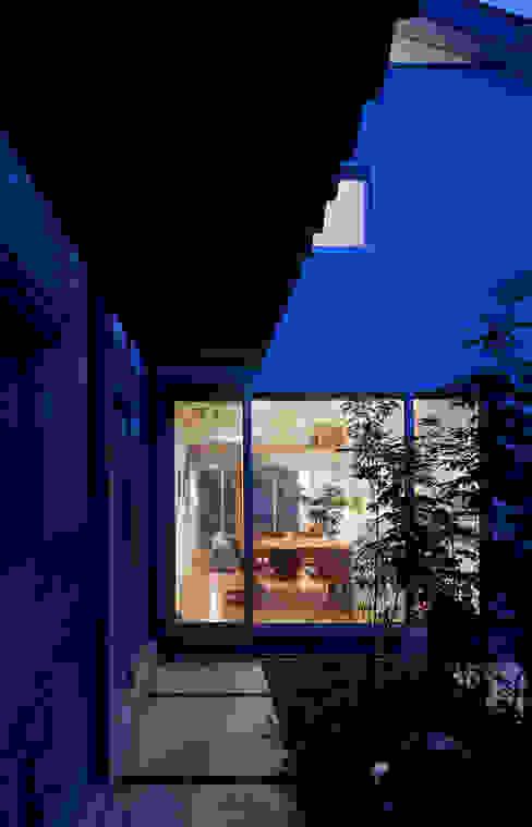 小さくて広い家: Studio R1 Architects Officeが手掛けた庭です。,モダン