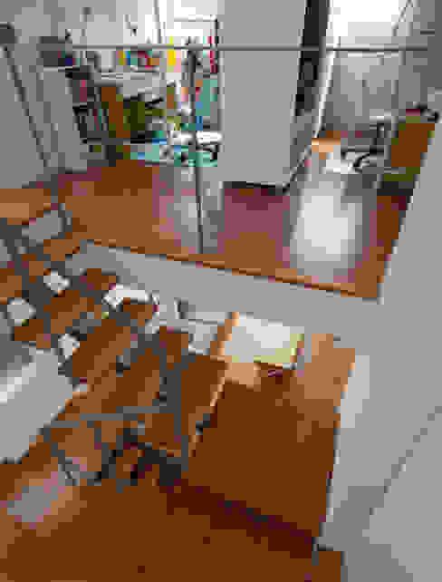 小さくて広い家: Studio R1 Architects Officeが手掛けた廊下 & 玄関です。,モダン