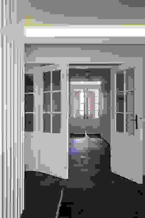 Wohnhaus, München Nymphenburg Klassischer Flur, Diele & Treppenhaus von Löffler Weber | Architekten Klassisch