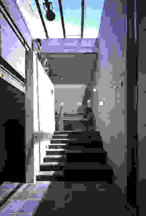 ギャラリースペース モダンデザインの リビング の 久保田英之建築研究所 モダン