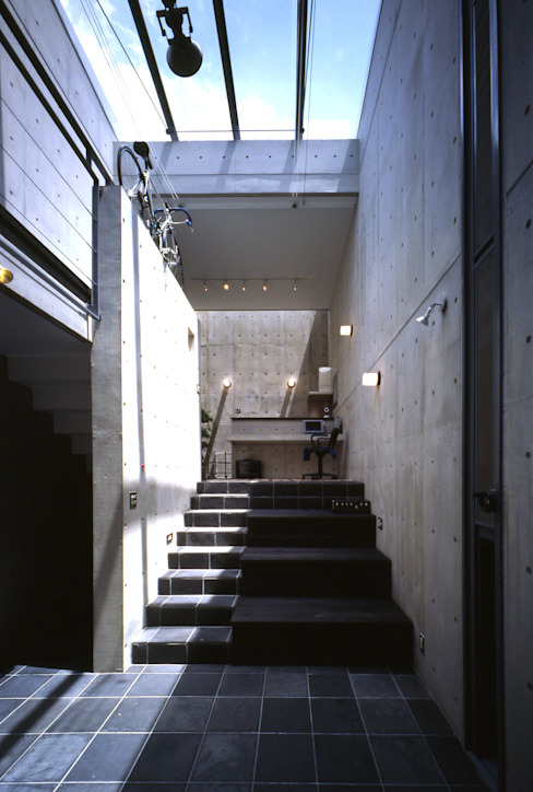 Modern living room by 久保田英之建築研究所 Modern