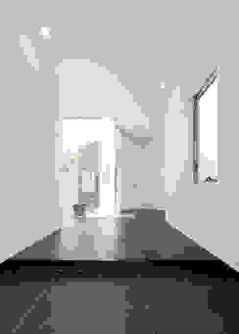 Paredes e pisos modernos por 株式会社細川建築デザイン Moderno