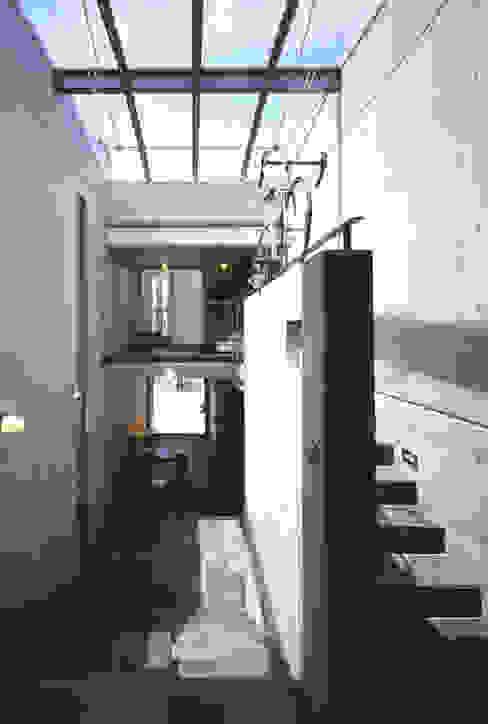 Salones de estilo  de 久保田英之建築研究所, Moderno