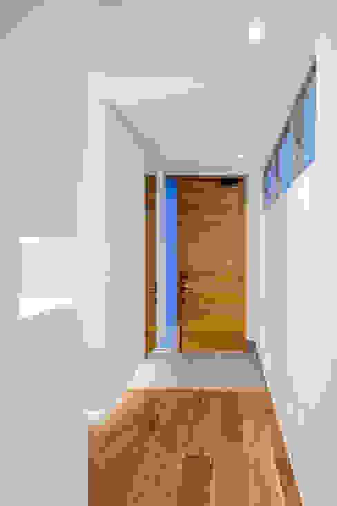 株式会社細川建築デザイン Paredes y suelos de estilo moderno