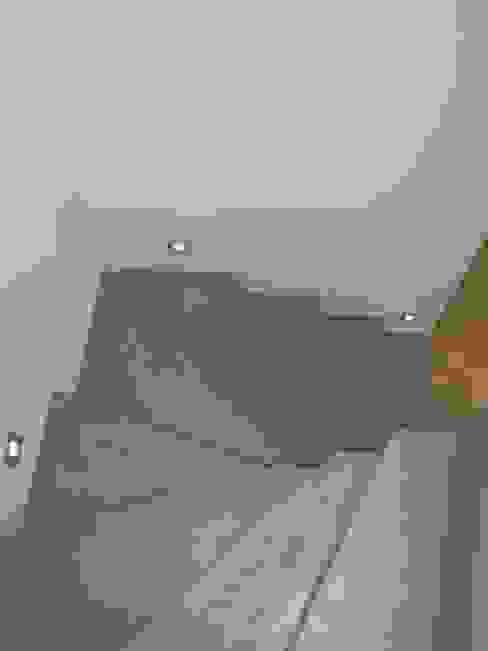 ESCALIER EN BETON CIRE Couloir, entrée, escaliers minimalistes par CATHERINE PENDANX Minimaliste