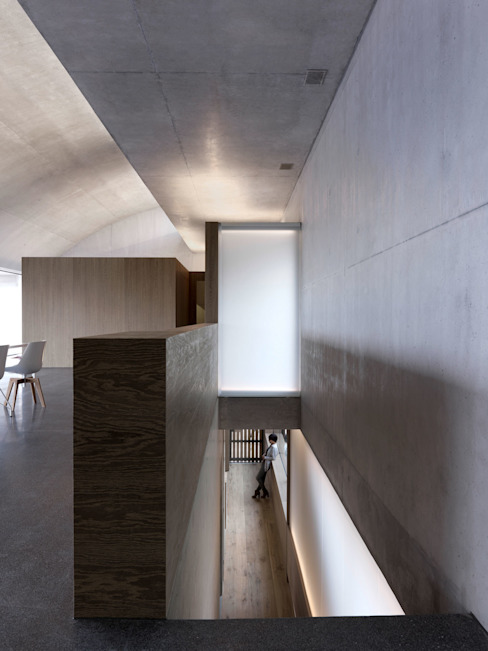 Wohnhaus . Erlenbach 2012 . gus wüstemann architects Minimalistischer Flur, Diele & Treppenhaus von nachtaktiv GmbH Minimalistisch