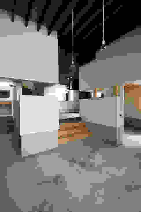 リビングルーム4 石塚和彦アトリエ一級建築士事務所 モダンデザインの リビング