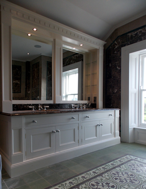 Luxury Bathroom: classic  by Designer Kitchen by Morgan, Classic