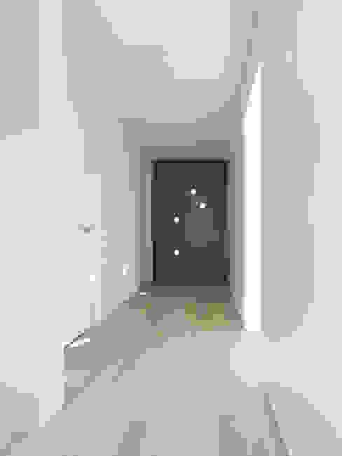 Minimalistische gangen, hallen & trappenhuizen van ern+ heinzl Architekten Minimalistisch