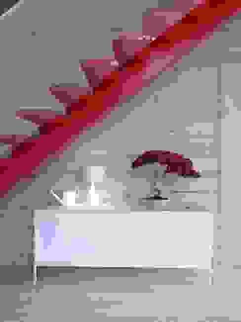 Pasillos, vestíbulos y escaleras de estilo minimalista de INT2architecture Minimalista