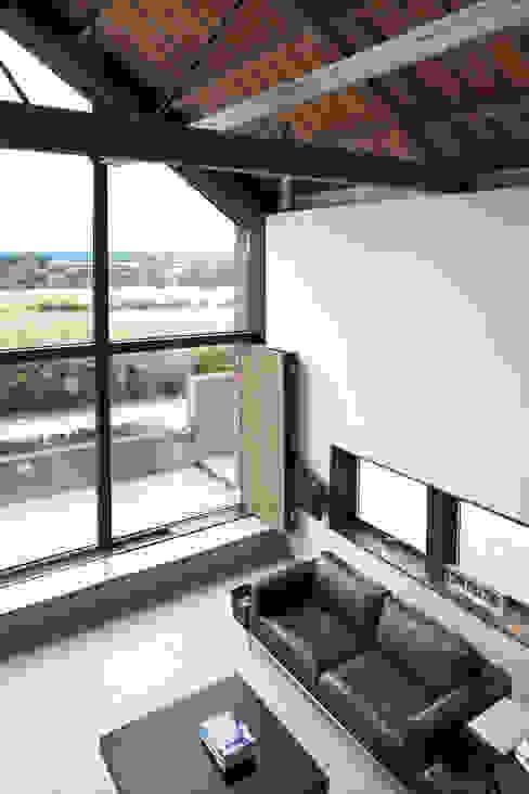 The Long Barn Livings modernos: Ideas, imágenes y decoración de Tye Architects Moderno