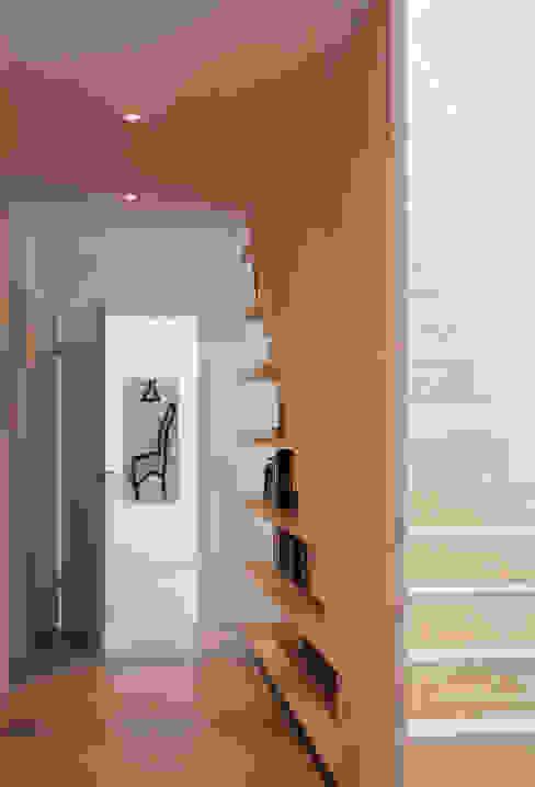 Scandinavian style corridor, hallway& stairs by Bohn Architekten GbR Scandinavian