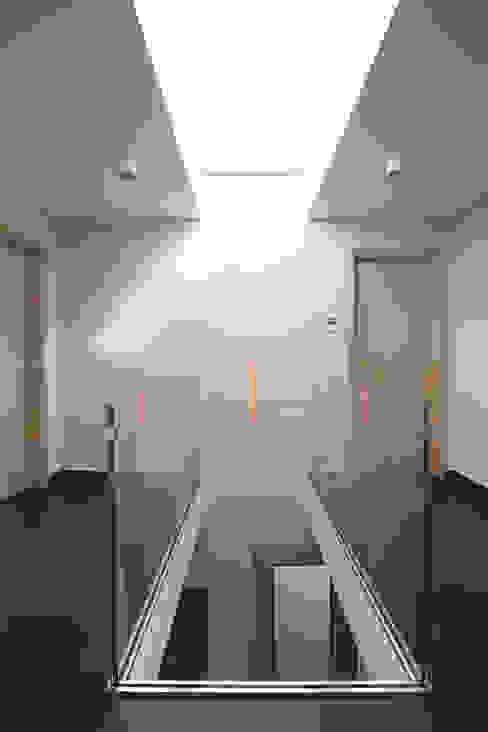 Галерея 2 этаж Коридор, прихожая и лестница в модерн стиле от homify Модерн