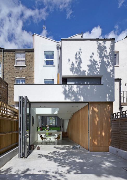 Rear elevation of the Islington House van Neil Dusheiko Architects Modern