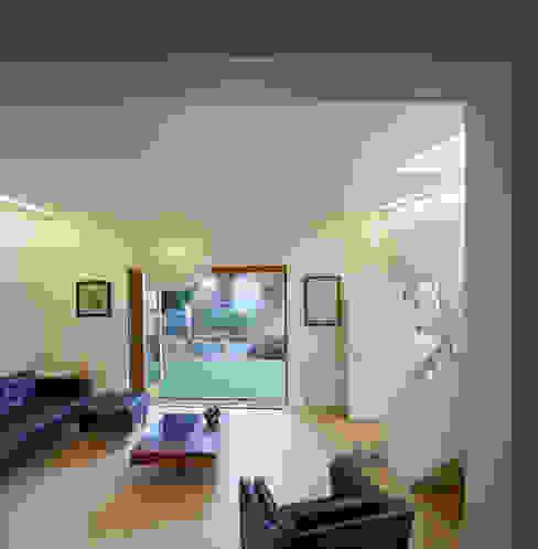 Living area opening onto garden Neil Dusheiko Architects Ruang Keluarga Modern