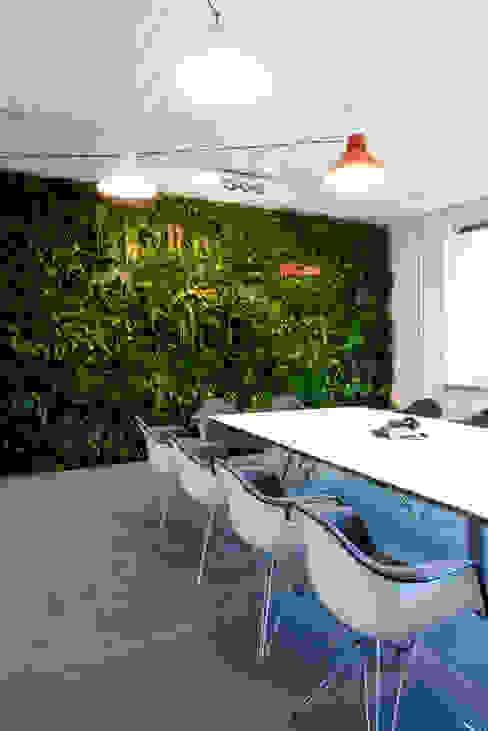 Grüne Wand für im Stil Dschungel FlowerArt GmbH | styleGREEN Industriale Geschäftsräume & Stores
