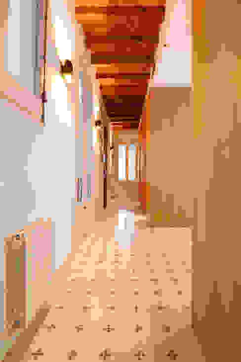 """Rehabilitación de Piso en el """"Eixample"""" de Barcelona Pasillos, vestíbulos y escaleras de estilo ecléctico de IF arquitectos Ecléctico"""