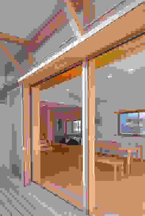 柿の木のある家: あきもとちえこ建築設計事務所が手掛けた窓です。,オリジナル